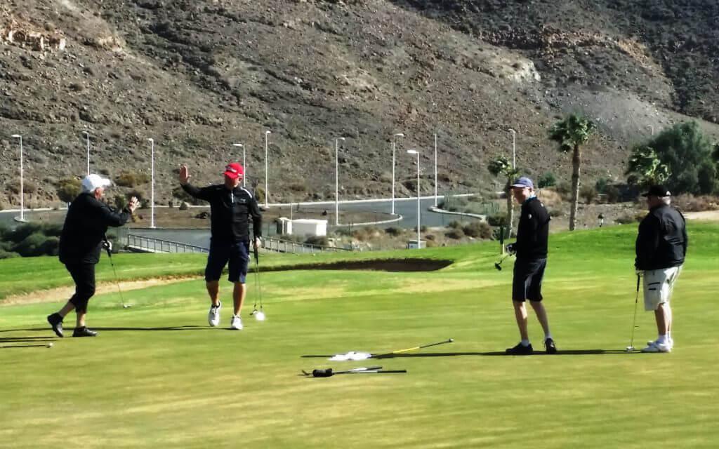 Kicki fixar långputten under bästbollen och får en high-five av Christer. Kurt och Göran kan bara konstatera.