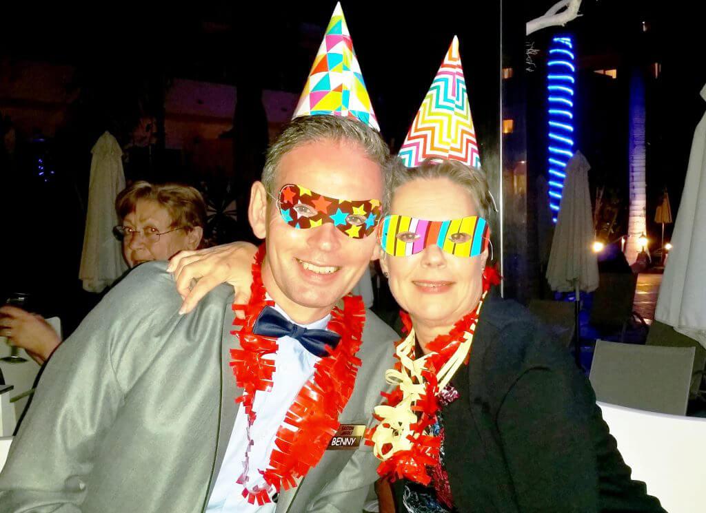 Golfvärdparet deltog givetvis fullt ut. Benny och Terttu fick fira nyår ihop. Lycka!