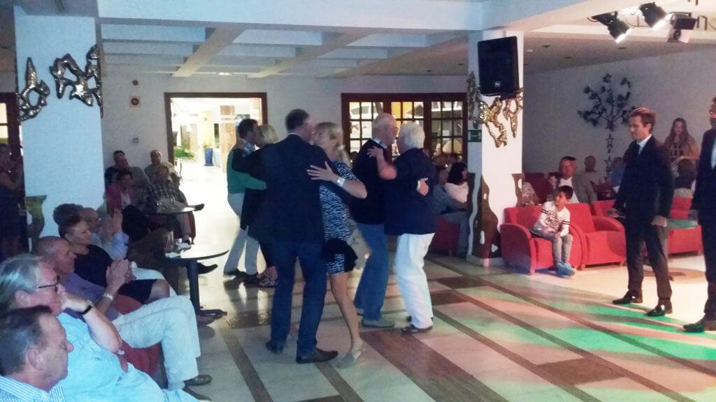 """Easton Golf gäster intar dansgolvet till tonerna av """"Il Divo""""."""