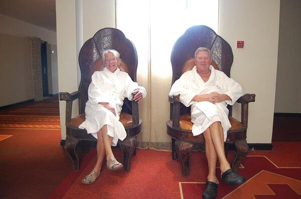 """Efter rundan väntade ett poolbesök, jag placerade Karin och Lars i kungastolarna medans de väntade på hissen. Lägg märke till de snygga foppatofflorna, de är inte """"Made in Morocco"""""""