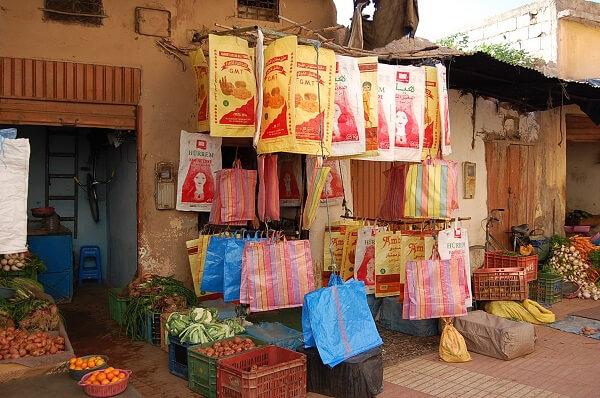Mycket shoppingmöjligheter i souken, plastpåsar tyckte vi var sådär intressant!
