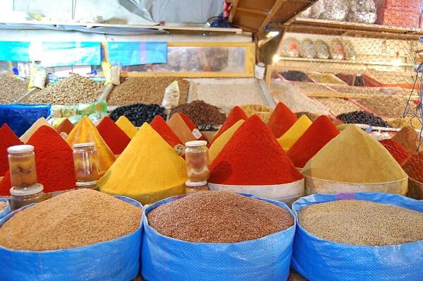 Pyramider av kryddor, helt utan färgämnen.