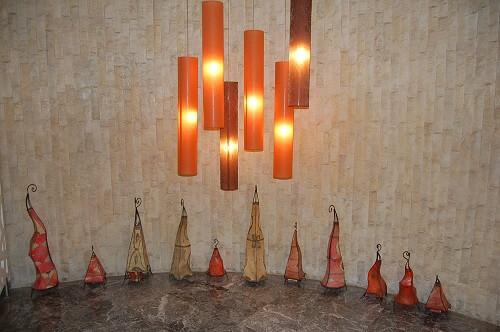 Effektfulla lampor i lobbyn.