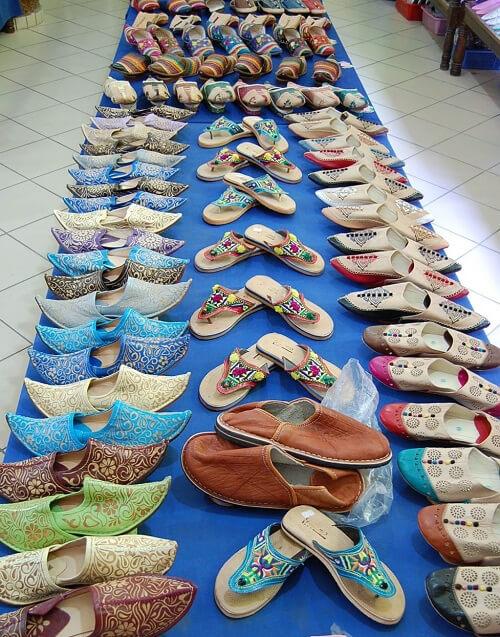 I souken fanns det massor att köpa. Coola skor!
