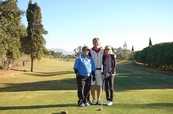 Eva ,Anders och Ingrid på första tee, Ingrid stod för veckans prestation. Fyra stygn i fingret på måndagskvällen,på golfbanan igen på torsdagen!