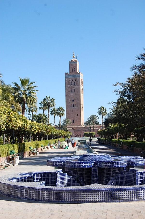 Tänkte ta Er med på en magisk utflykt till Marrakech. Vart du än befinner dig ser du den största moskén, Al Koutoubia. Uppförd på 1100-talet, minareten är 77 meter hög. Mycket imponerande, tyvärr får ickemuslimer inte tillträde, jag hade verkligen velat se den inifrån.