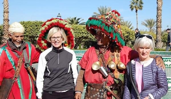 Vadå, vi är inte turister! Birthe och Christina poserar med vattenförsäljarna.