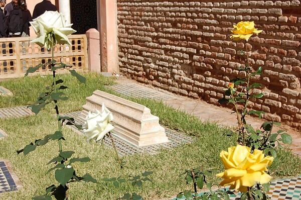 Nästan alla gravplatserna låg diagonalt med riktning emot Mecka. Upphöjda gravar var för prinsar, plana för prinsessor osv. Ett fåtal var inte vända emot Mecka, det var bla judiska läkare som velat bli begravda tillsammans med sina muslimska vänner etc. Fascinerande.