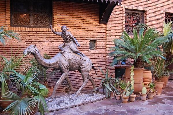 Ali Baba stod på vakt utanför ett femstjärningt hotell, en sk Riad.