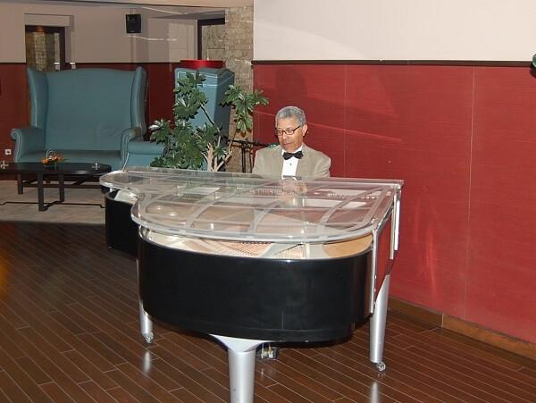 """After golfen: """"Play it again Sam"""" stämde upp i pianobaren."""