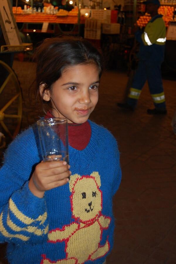 Den här tjejens leende bekräftar att färskpressad juice är gott.