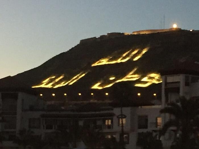 På kvällarna lyses berget under Kasbahn upp av Marockos valspråk: Allah, Landet; Kungen.