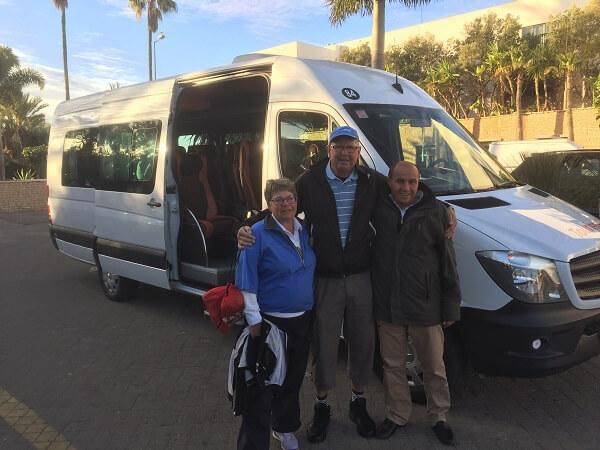 Mohammed kör oss till golfbanan varje dag, vi har döpt om honom till GMT -Greenwich Maen Time. Han har alltså ALDRIG varit en minut sen! Flankeras av assistenterna, de är också alltid på hugget!