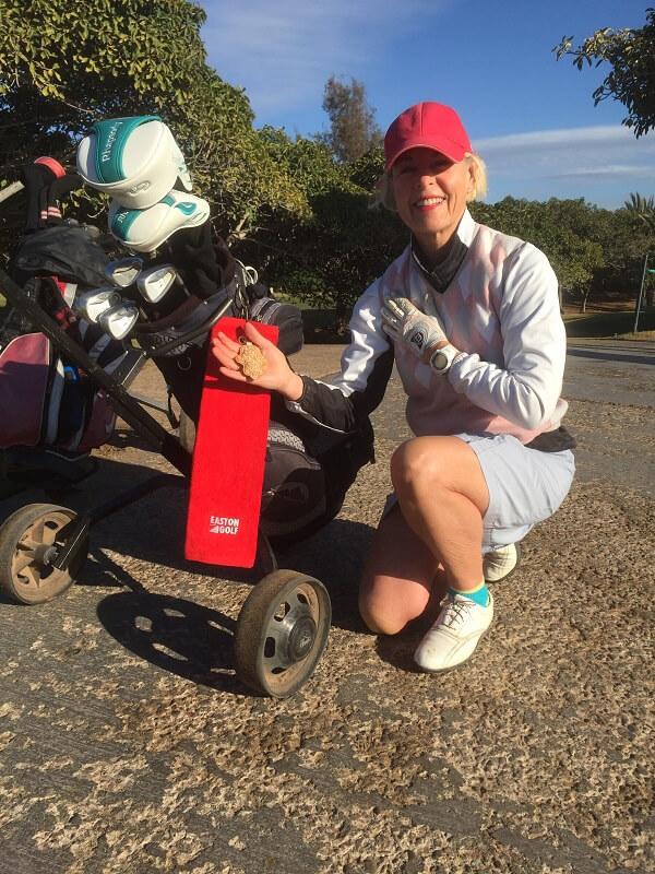 Transportfrågan kommer mao aldrig att bli något problem. Snabbt över till golfen: Birthe stoltserar med sin vinst från ÅPandoras Box, en marockansk lyckoamulett, den kommer alltid att hänga på bagen, jämte Eastonhandduken.
