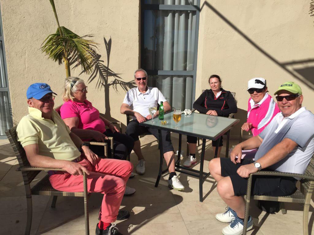 Ulf, Eva, Ynvgve, Kerstin och Ulf gör sällskap.