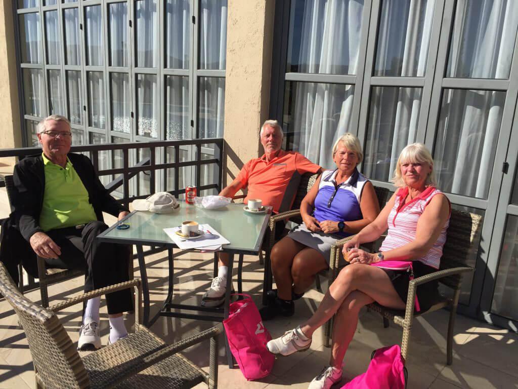Tomas, Jonny, Annika och Loise i den varma eftermiddagssolen.
