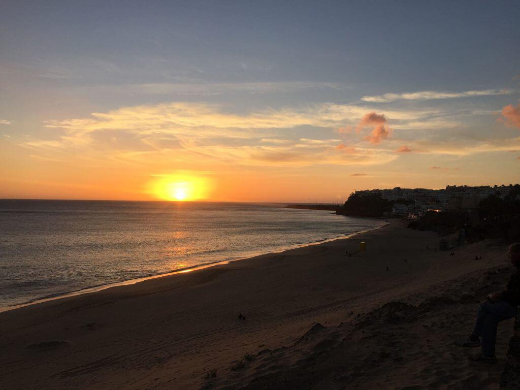 Hej igen från Fuerteventura! Med ett korthåls avstånd från hotellet Buganvilla är du vid stranden och den vidsträckta strandpromenaden. En underbar plats efter golfen på Jandia GC.