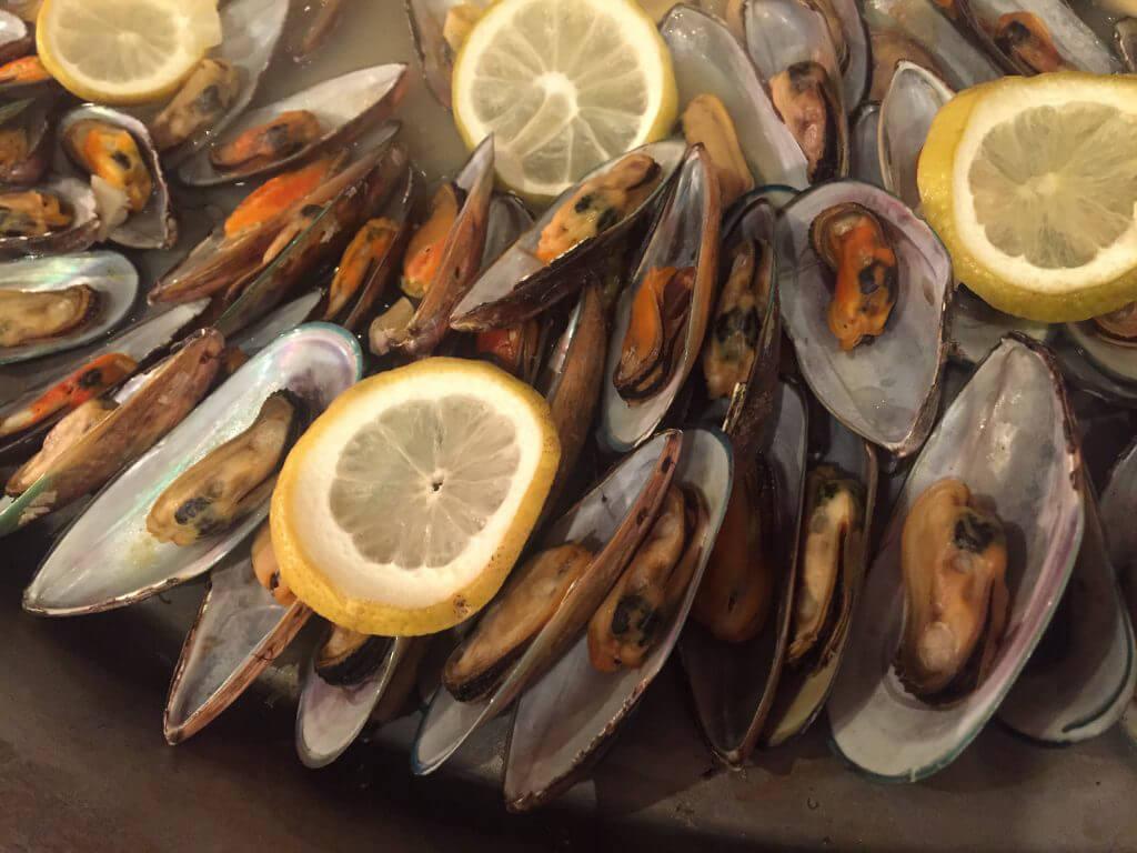 Havets läckerheter lockar på buffébordet varje onssdag.