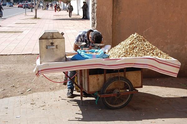 I souken kunde vi konstatera att det tar på krafterna att sälja nötter också!