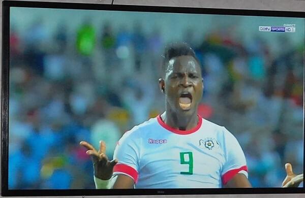 Det pågår afrikanska mästerskapen i fotboll också. Sjuttiofemtums tvn på Kenzi går inte av för hackor. Jag brukar sno kontrollen när det är Chelseamatch.