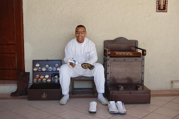 Skoputsaren fixar så att skorna blir som nya för 50 dirhams.