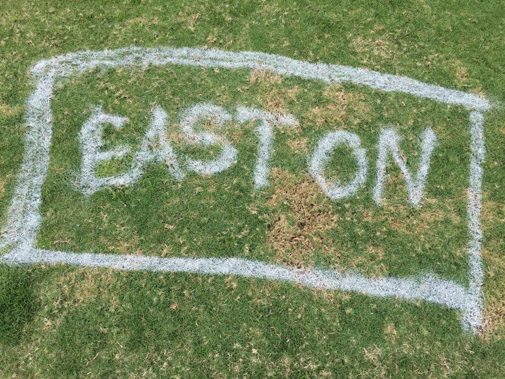 Reklam på Eastons alldeles egna droppruta efter ravinen på hål 17.