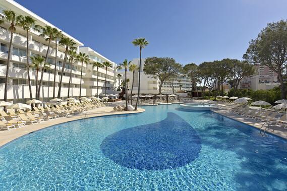 En kort promenad från strandpromenaden i Playa de Palma ligger vårt boende, IBEROSTAR Cristina.