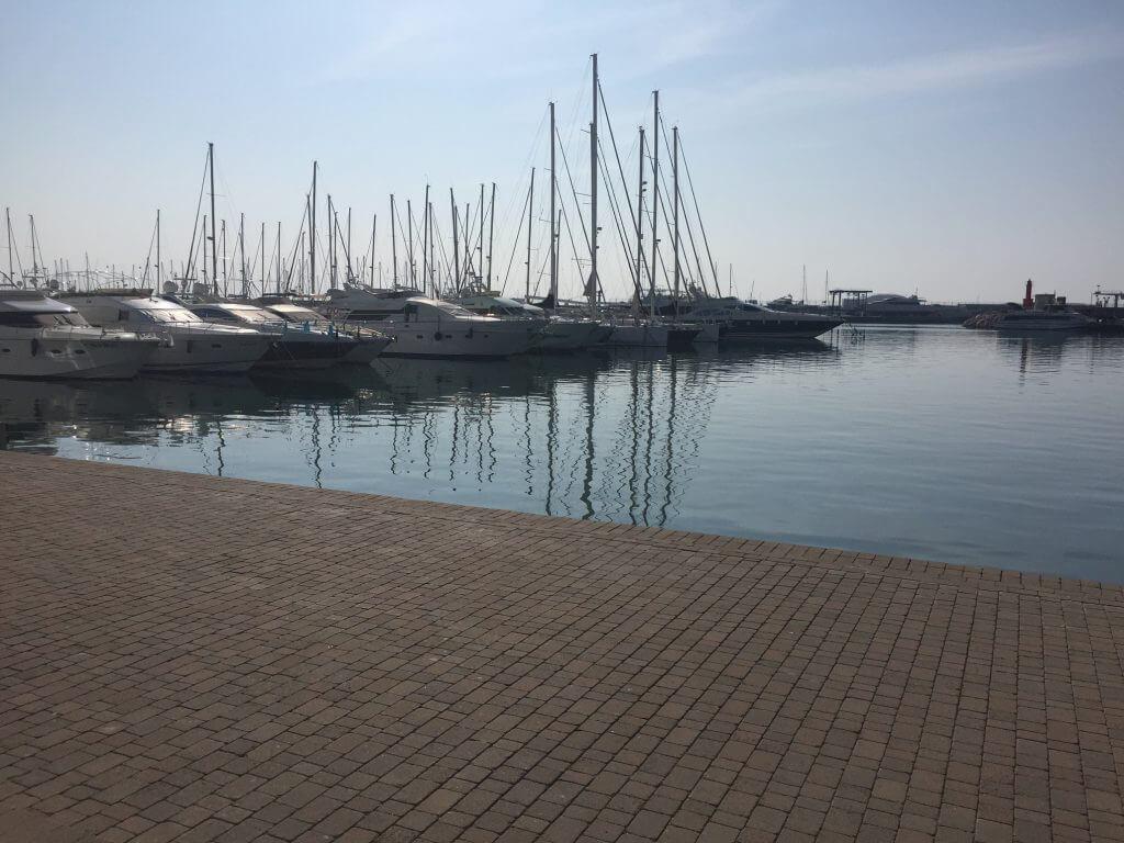 Hamnen i Cambrils, ligger en hel del häftiga båtar här.