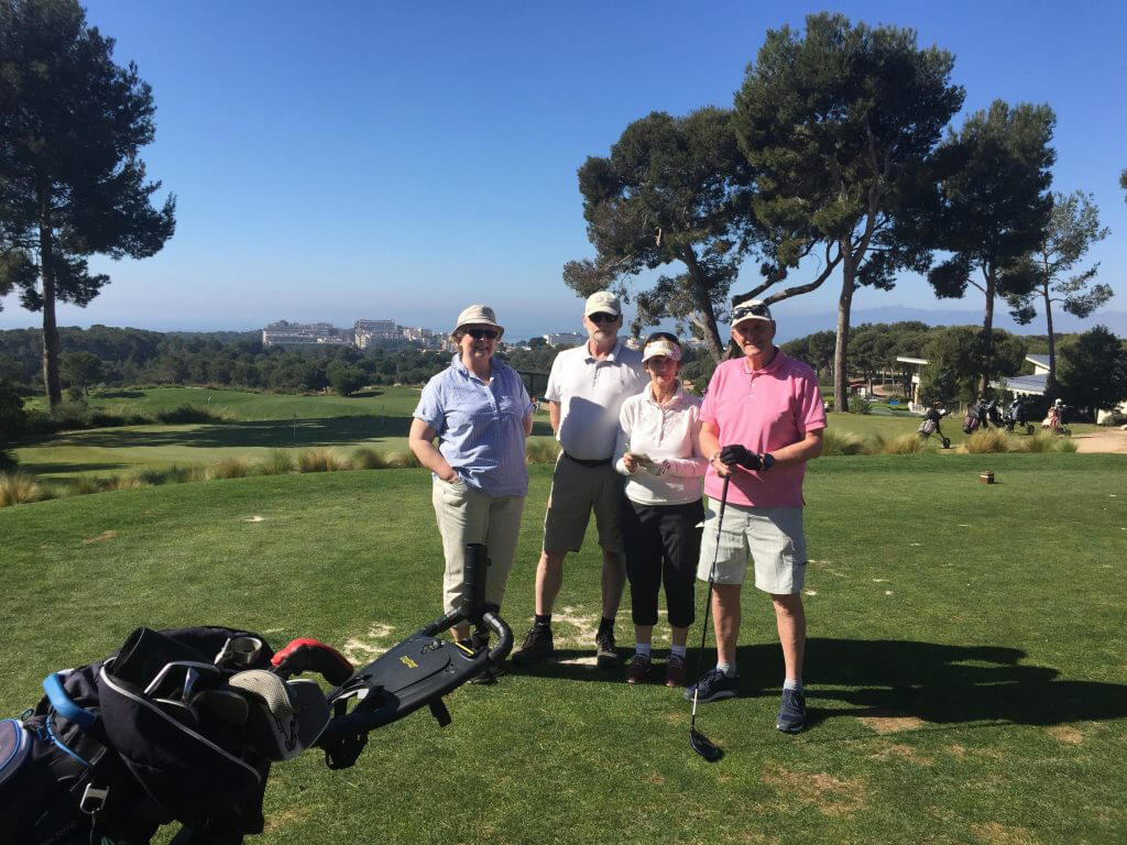 Fyra förväntansfulla golfare på 1.a tee på Lumine Hills, Ingrid, Hans, Gerd och Lennart