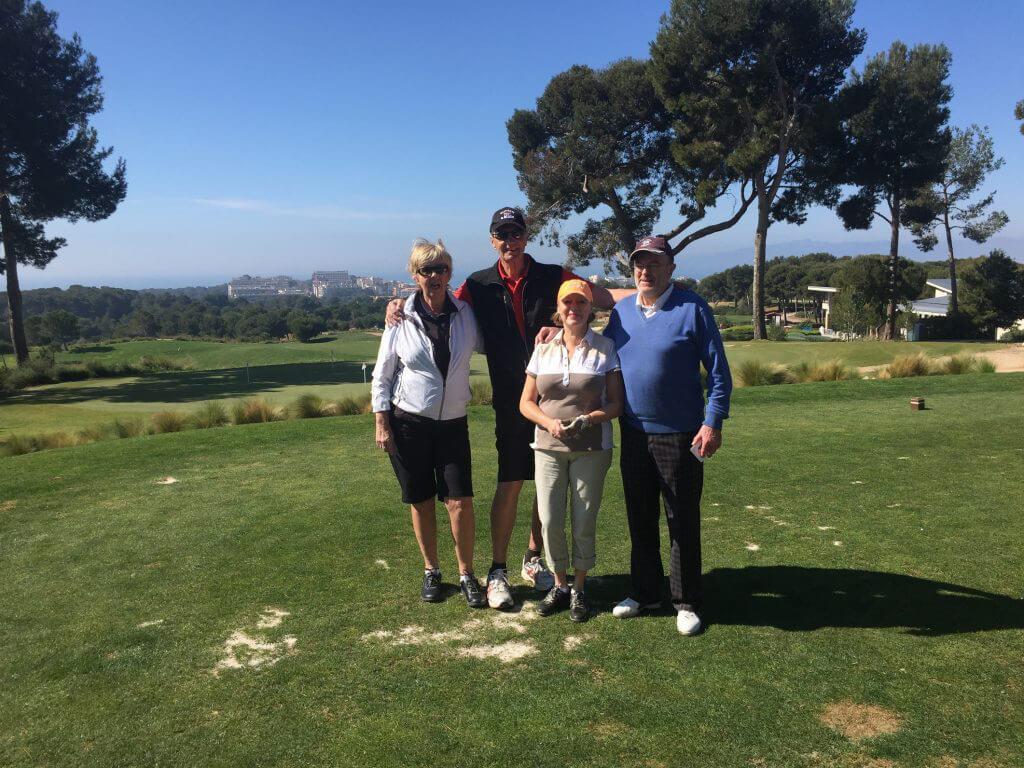 Gunvor, Stefan, Elisabet och Kurt njuter av det fina vädret och utsikten.
