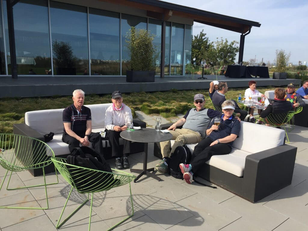 Nöjda golfare efter 1:a dagens spel på Lakes, sitter bra med förfriskningar i solen