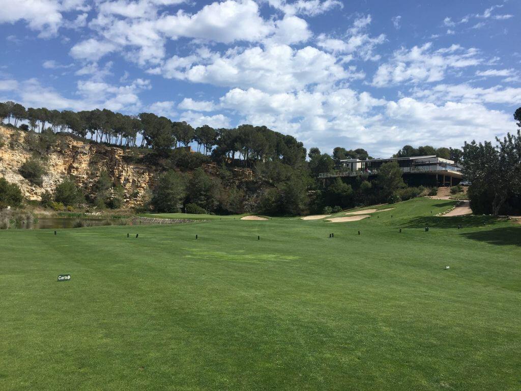 Så småningom blev vädret som vanligt, dvs. sol och lätta moln. 18:e hålets green samt klubbhuset i bakgrunden.