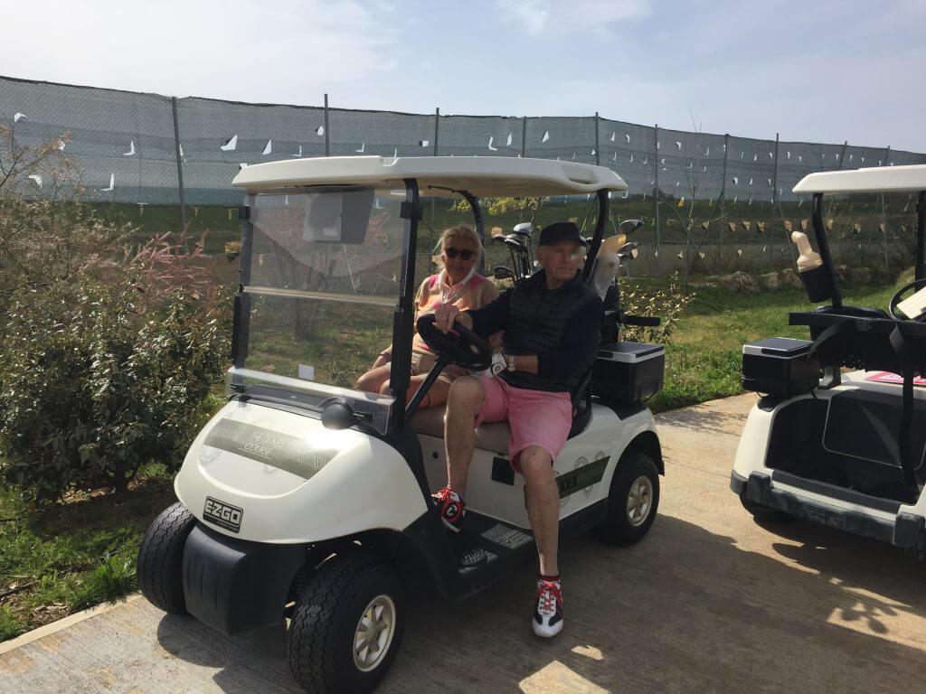Stig och Gunilla. Ett stilfullt golfpar väntar på sin tur.