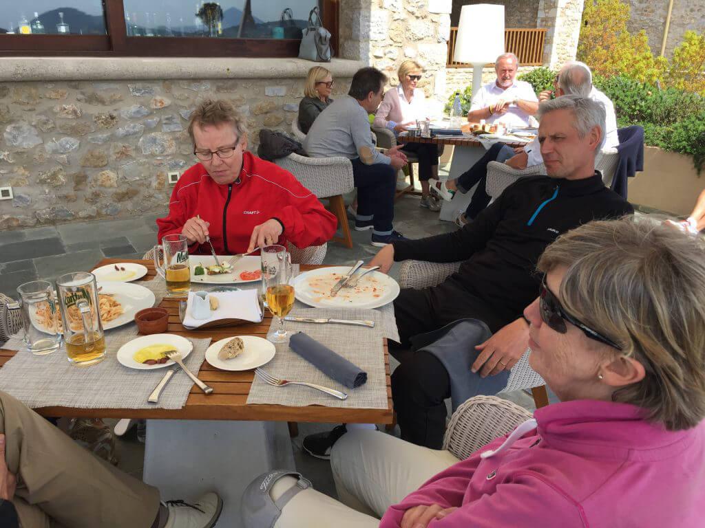 Vanligast är nog mat och dryck. Här är Kerstin, Peter och Marianne i lunchtagen.