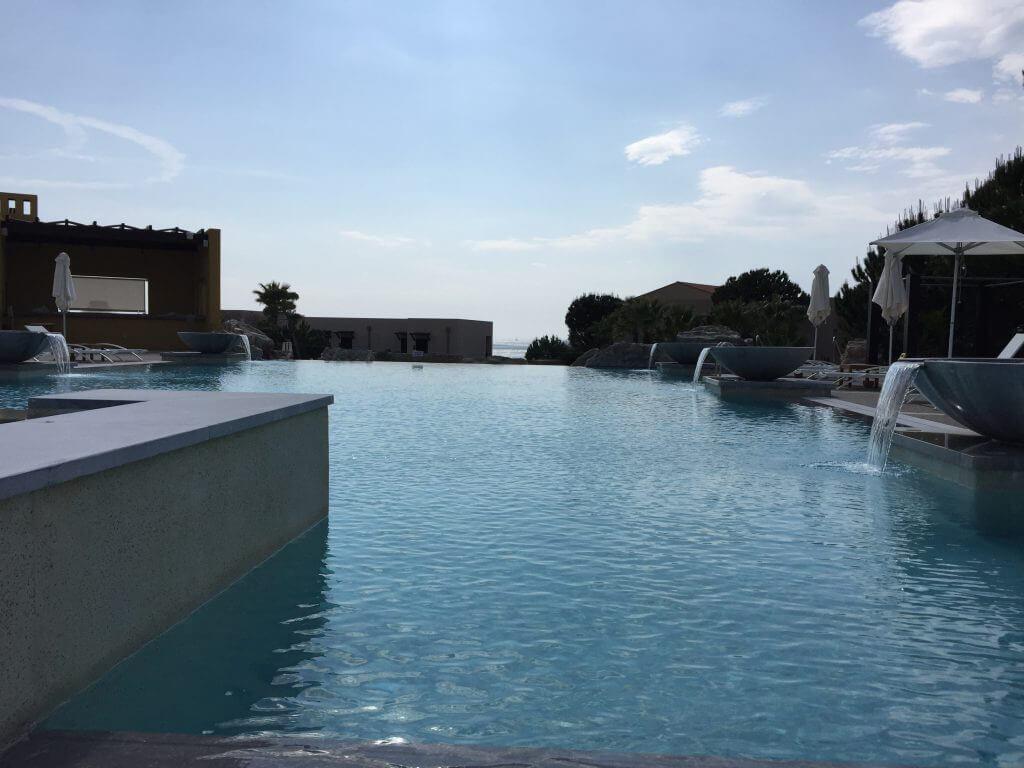 Kanske bara vila och njuta av allt det fina vid poolen?