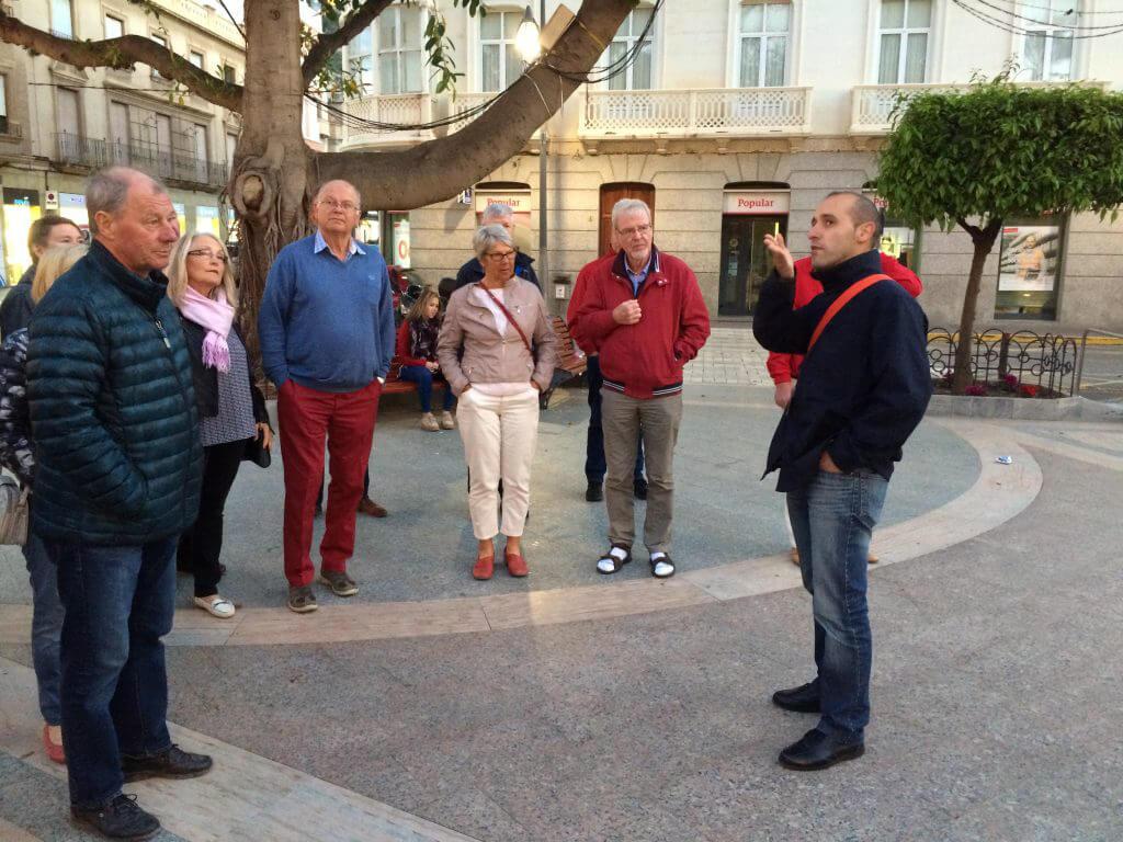 Tapas tur i stan. Bruno, vår guide berättar om Aguilas.