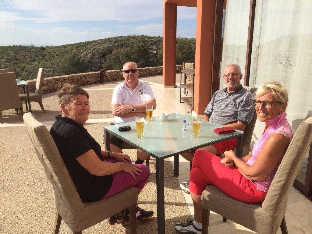 Belöningen efter 18 håls tävlande. Lena, Claes-Göran,Hasse och Reiduun njuter i solen på Lorca!