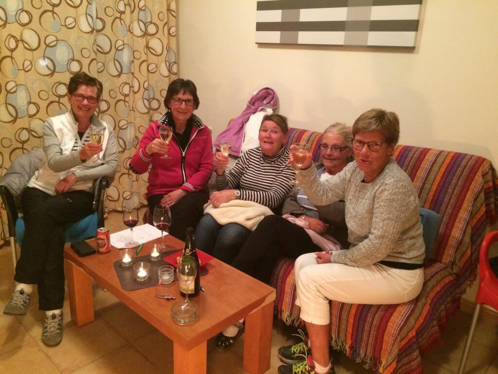 Tjejerna utmanar killarna i Musikquiz, gissa vilka som vann?? Skål och grattis till Maggan, Ulla, Lisa,Lena och Anita!!