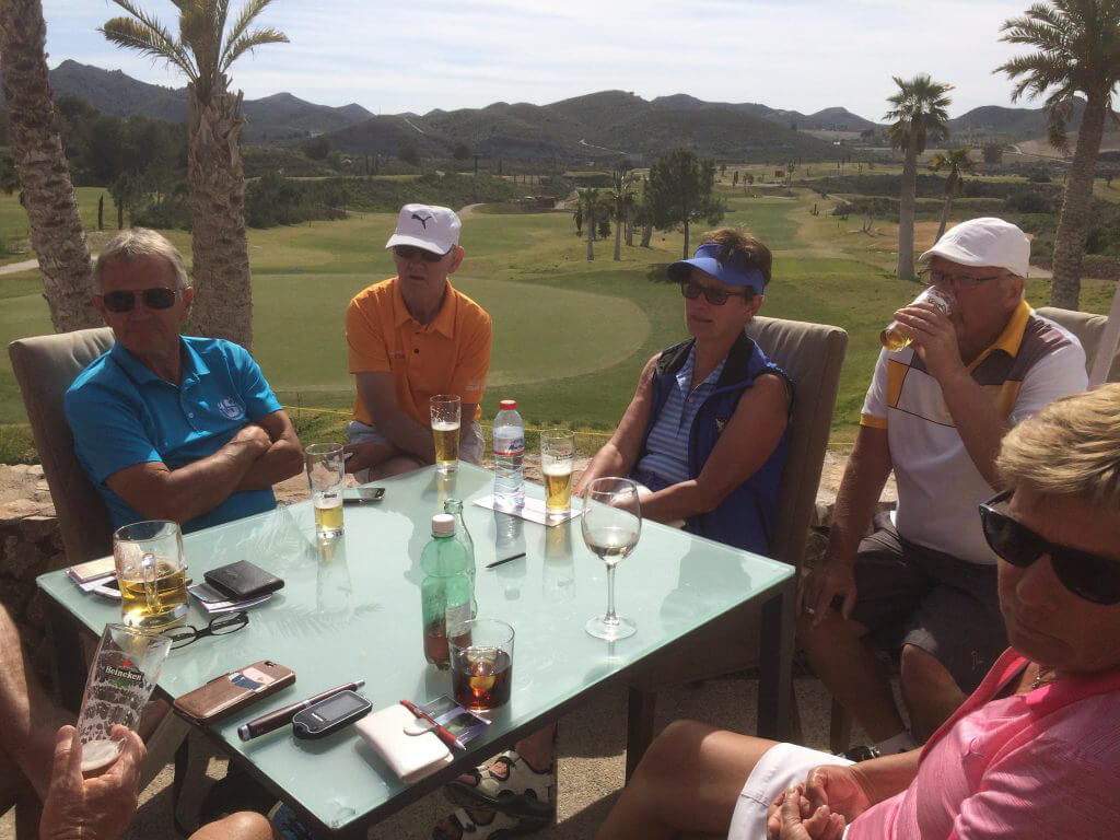 Håkan,Kenneth,Maggan ,Kent och Anita är nöjda efter en härlig runda i stråland sol.