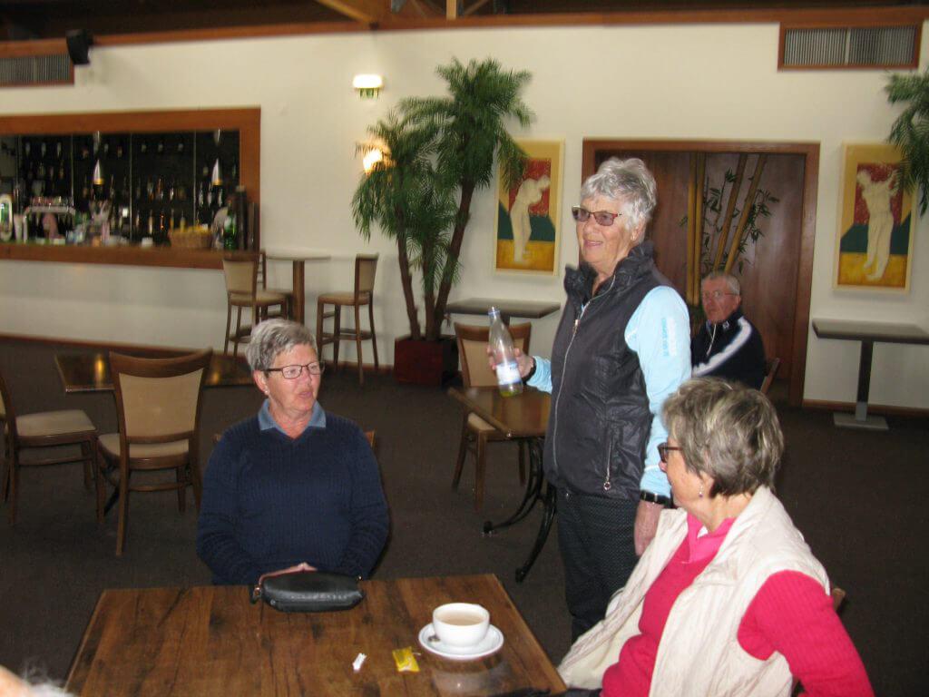 Anita lyssnar beundrande, medan Lena och Gunilla har annat att prata om.