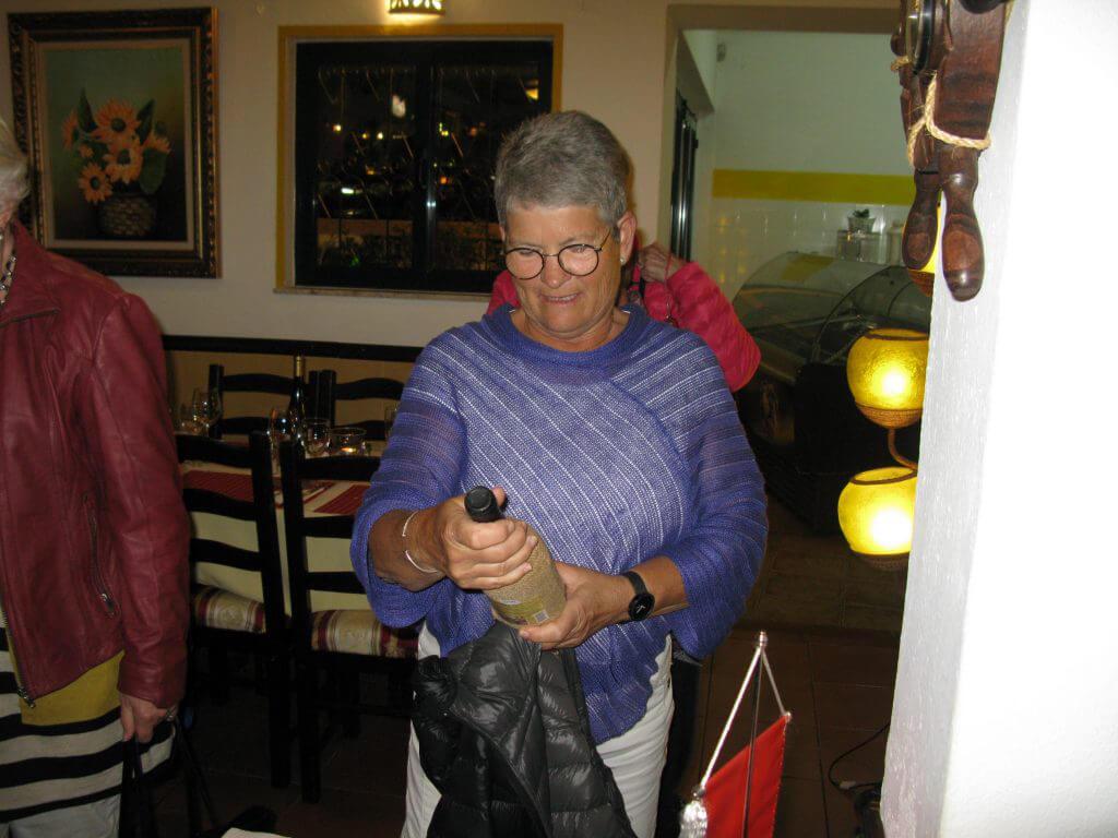 Veckan spelare Kristina kollar årgången på vinet som hon vann.