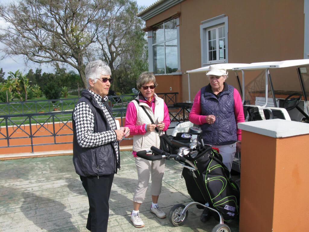 Dagen efter spel på Alto i strålande solsken. Anita, Gunilla och Anita.