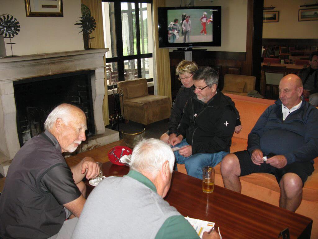 Scorerna räknas ihop ännu en gång. I slag kan ju betyda så mycket. Göran kollar åter medan Björn intressant iakttar. Erik och Bo relaxar efter rundan.