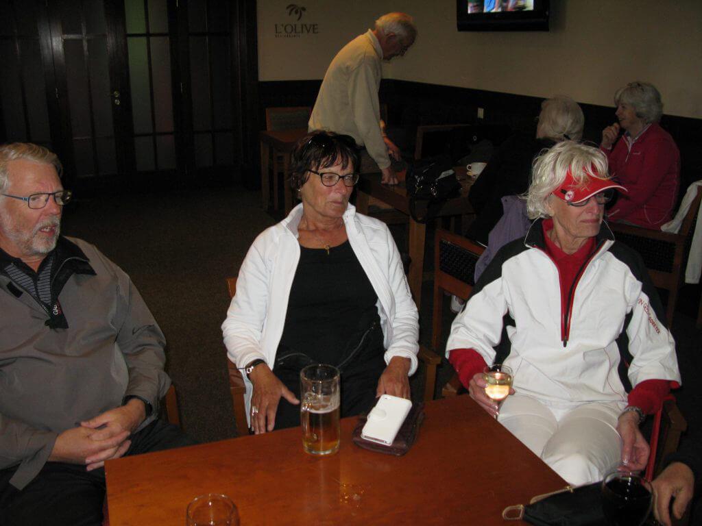 Jan, Ingrid och Anne-Christine väntar på förfriskningar.