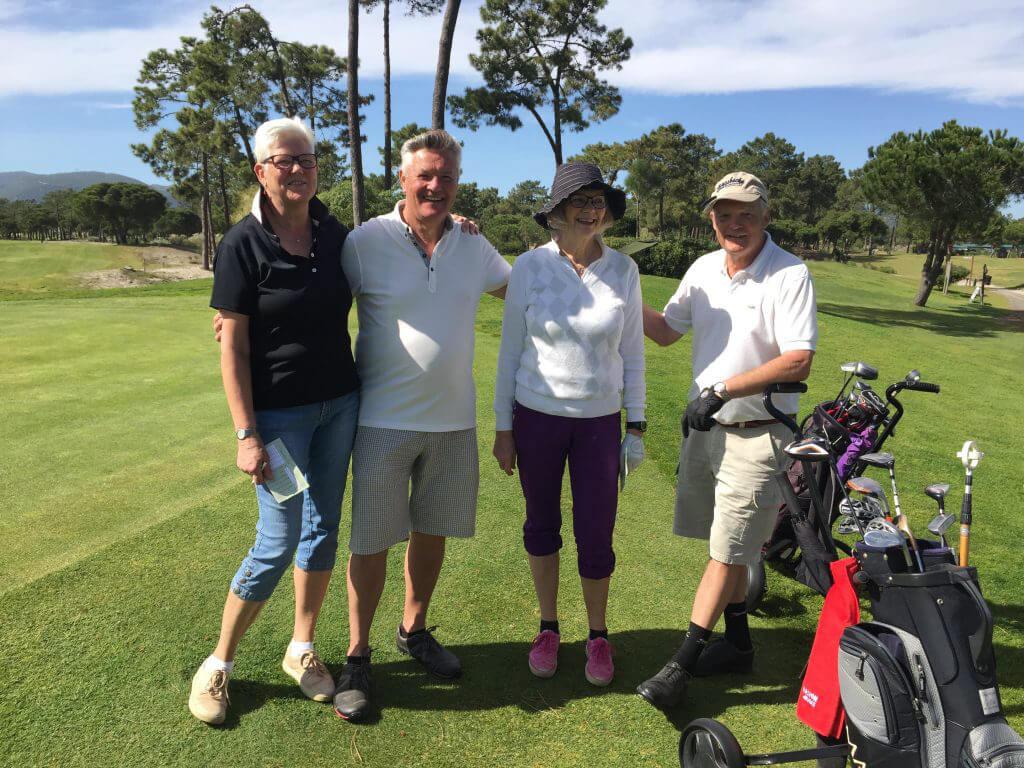 Glada men trötta efter 18 hål är Majliz, Tommy, Anita och Bo David.