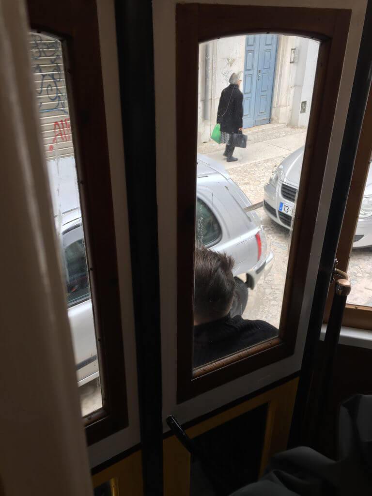 En fripassagerare håller sig fast på utsidan.