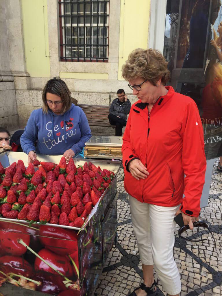 Gerd beundrar jordgubbarna..