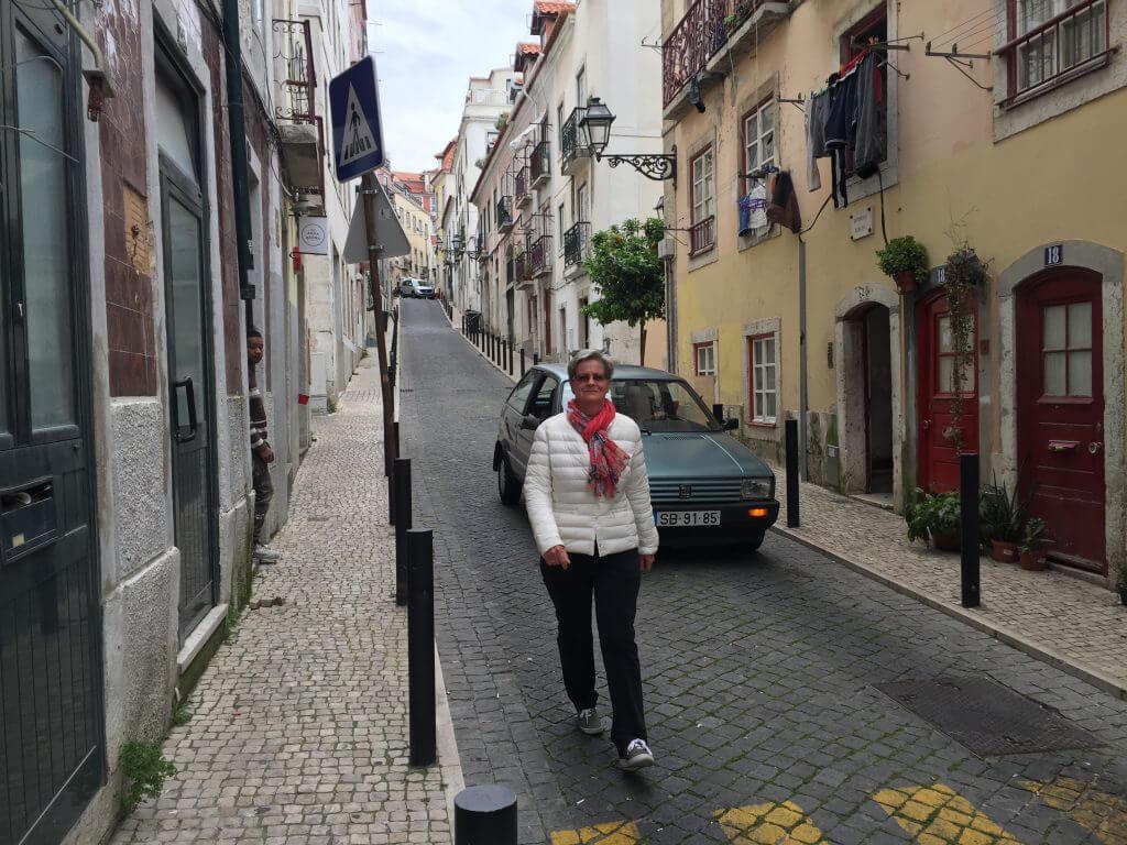 Monica promenerar glatt på gatan.