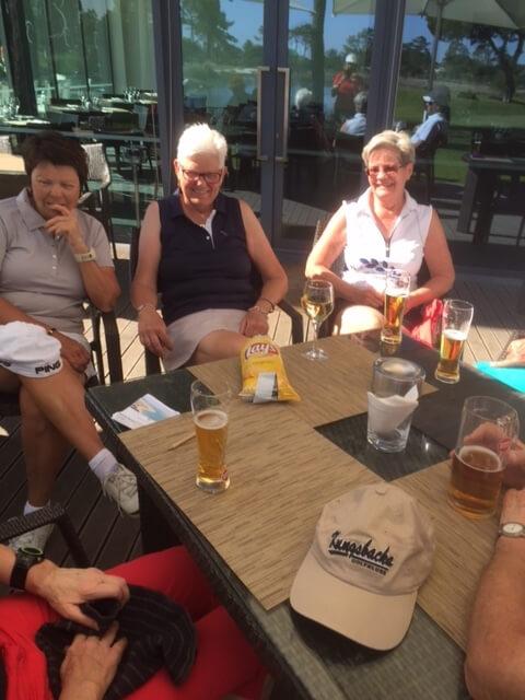 På 19 hålet efter en söka runda i det vackra vädret. Marina, MajLiz, och .Monica
