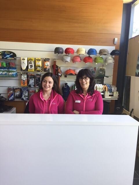 Hej! Alla nya gäster. Välkomna till Troia. I receptionen på golfklubben väntar Sofia och Sussanna på er. Vädret är utmärkt, varmt och skönt. Golfbanan är i perfekt skick. Vi serfram mot att få träffa er. Välkomna!